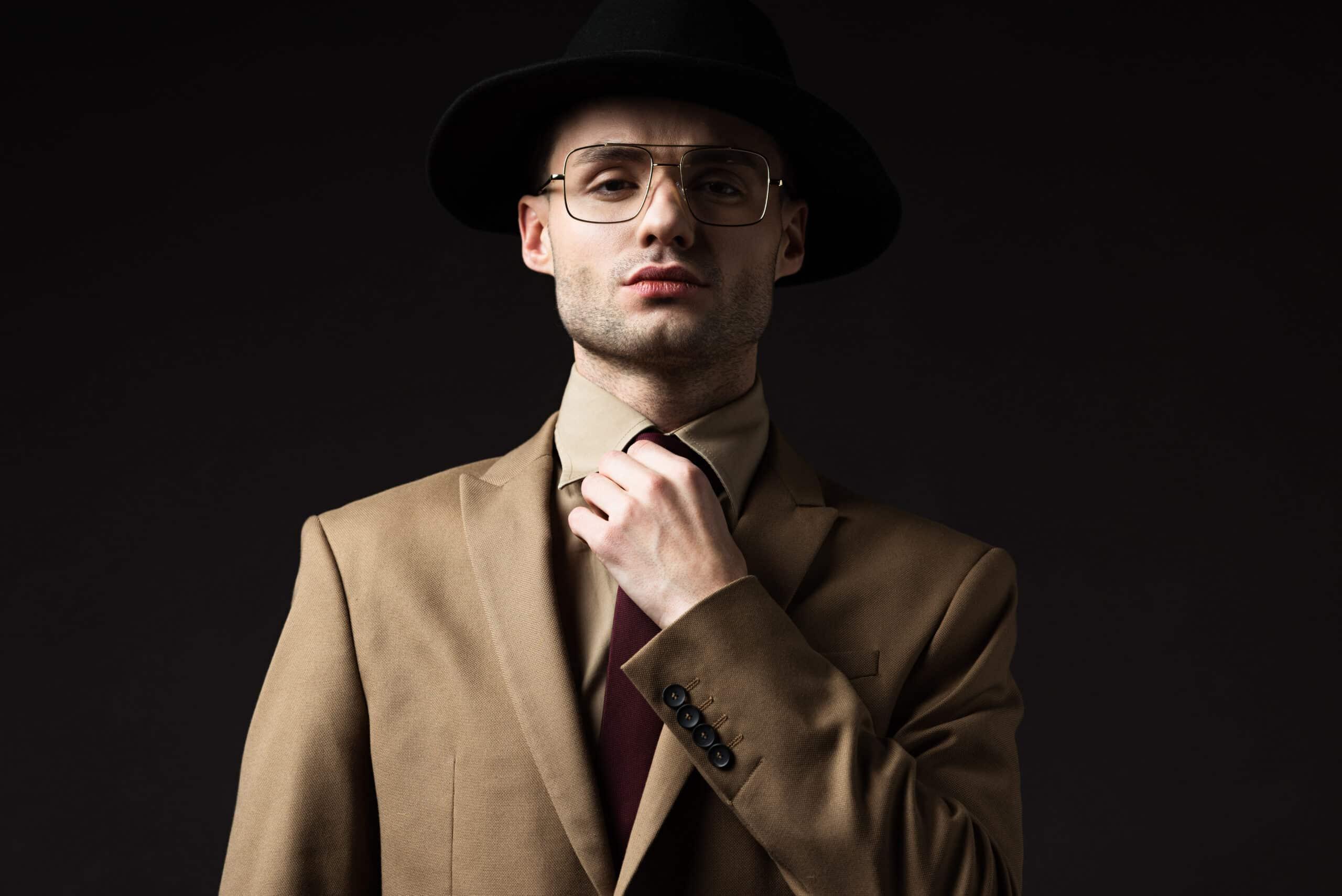 Attraktiver Mann mit Filzhut und Sonnebrille